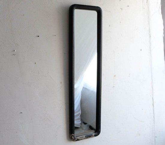 漆黒の縦長ミラーの画像