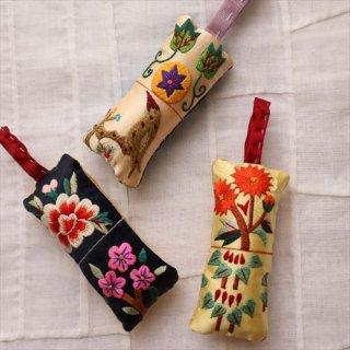 刺繍針山 / 黄