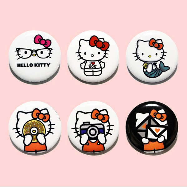 <img class='new_mark_img1' src='https://img.shop-pro.jp/img/new/icons20.gif' style='border:none;display:inline;margin:0px;padding:0px;width:auto;' />LOUNGEFLY × SANRIO HELLO KITTY PIN 【A】 / ラウンジフライ サンリオ 缶バッチ