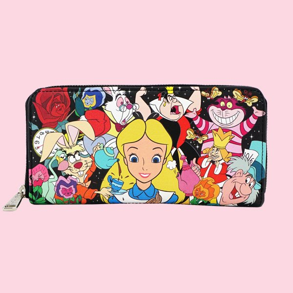 <img class='new_mark_img1' src='https://img.shop-pro.jp/img/new/icons20.gif' style='border:none;display:inline;margin:0px;padding:0px;width:auto;' />LOUNGEFLY × DISNEY ALICE CHARACTER PRINT WALLET / ラウンジフライ  ディズニー ウォレット