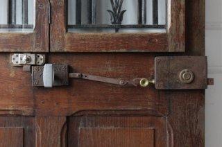鋳鉄とガラス窓の木製ドア