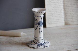 青花柄の陶製燭台
