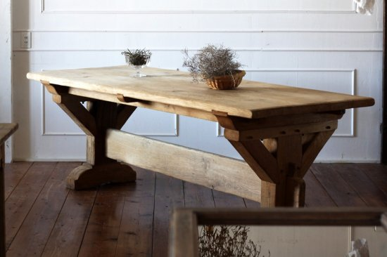 重厚なダイニングテーブル
