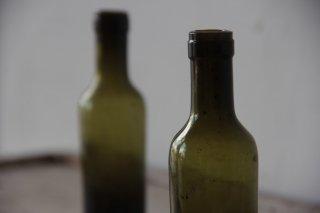 古びた苔色のミニボトルC