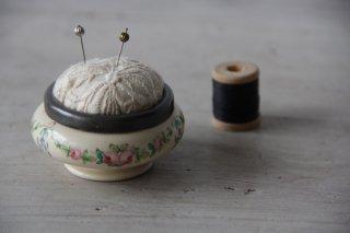 古い刺繍入りピンクッション/針山