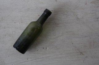 古びた苔色のミニボトルE