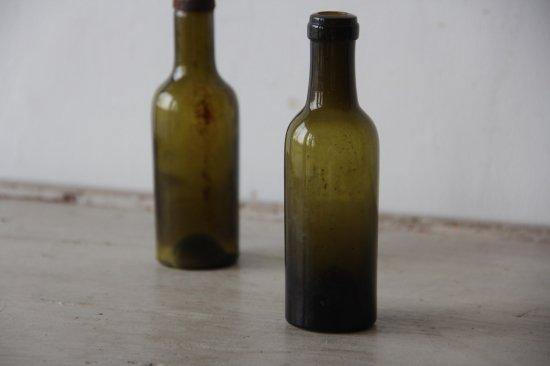 古びた苔色のミニボトルF