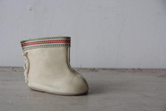白レザーのミニブーツ 片足
