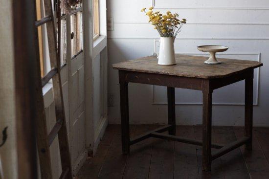 素朴な木製テーブル