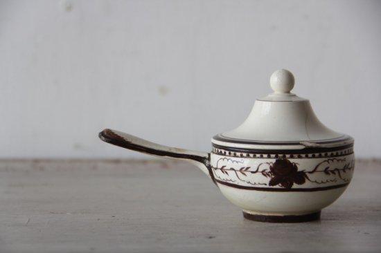 ファイアンスフィーヌの把手付き陶製蓋物