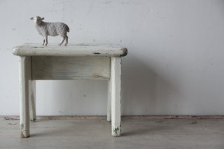 白ペイントのシャビーな木製スタンド