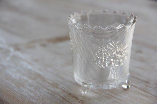 花柄エンボスの脚付ガラスカップ