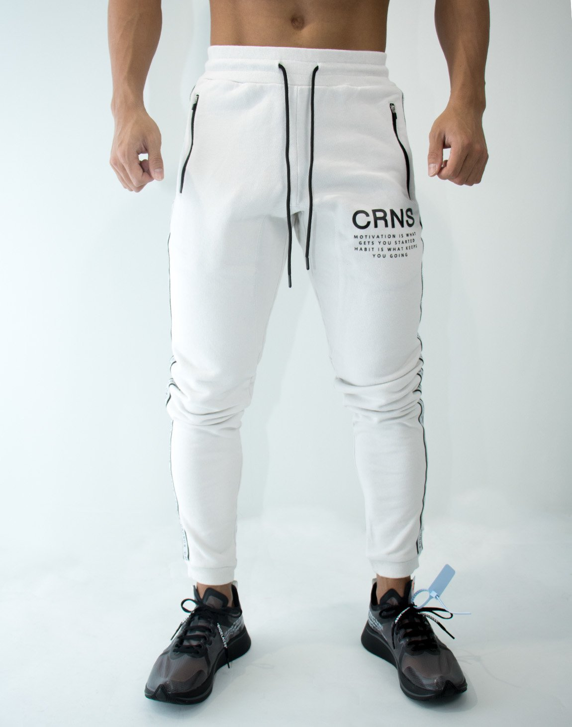 <img class='new_mark_img1' src='https://img.shop-pro.jp/img/new/icons1.gif' style='border:none;display:inline;margin:0px;padding:0px;width:auto;' />CRNS Logo Tape Long Sweat Pants  WHITE