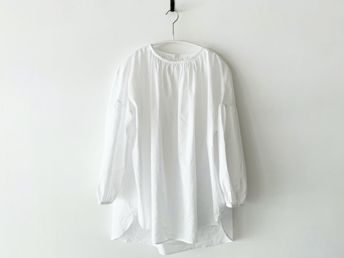 <img class='new_mark_img1' src='https://img.shop-pro.jp/img/new/icons8.gif' style='border:none;display:inline;margin:0px;padding:0px;width:auto;' />lawn gather blouse/ WHITE