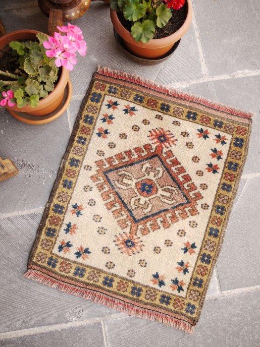オールド絨毯 クリーム色の小さい絨毯 約60×50