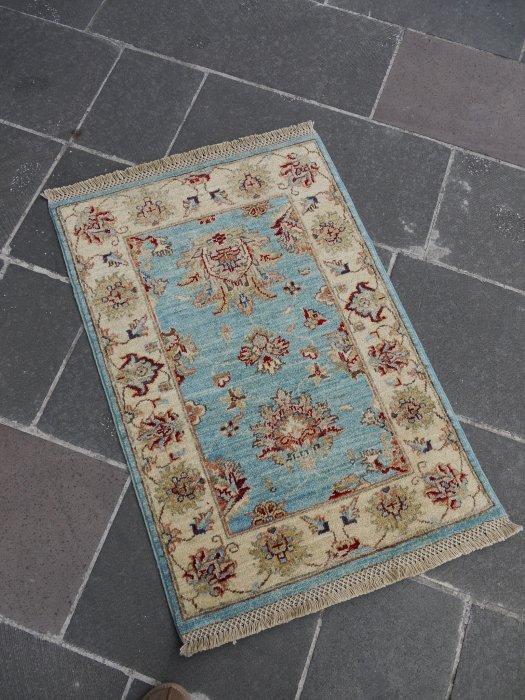 新しい絨毯 ウシャク 美しいライトブルー 小さいサイズ 約94×63