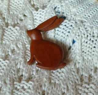座るウサギのブローチ アメリカンチェリー