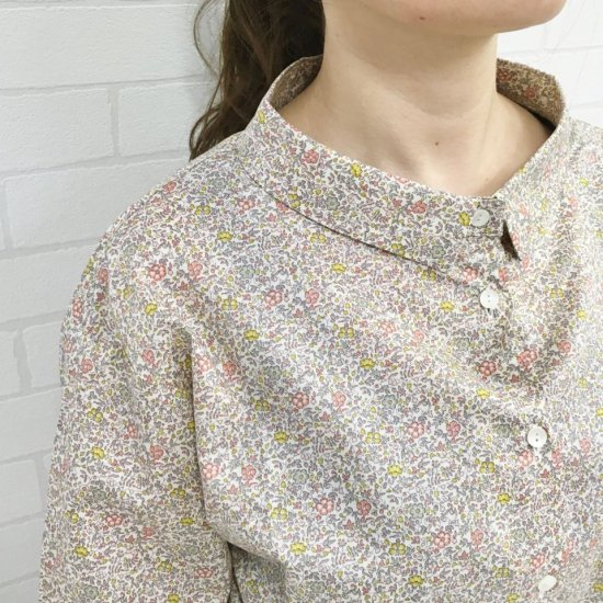 Parkes - デコルテ映え ワイドチビ襟 背中ギャザーのシャツ(リバティコレクション)