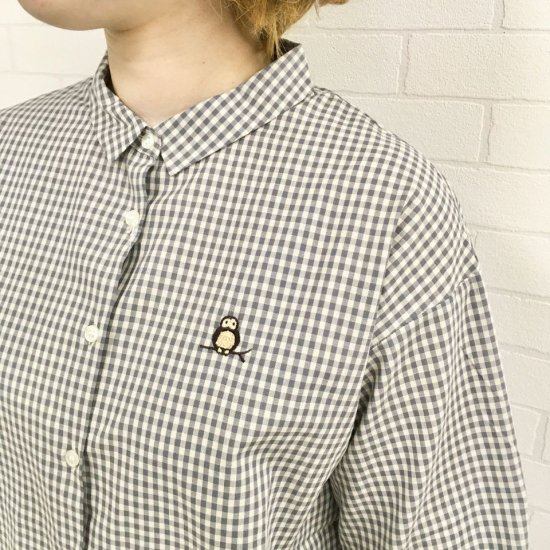 Parkes - 40sアースギンガム ふくろう刺繍のチビ襟ブラウス