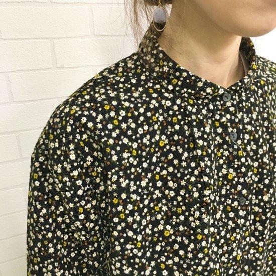 Parkes - 小さい丸衿のシャツコール 小花柄プリントシャツ