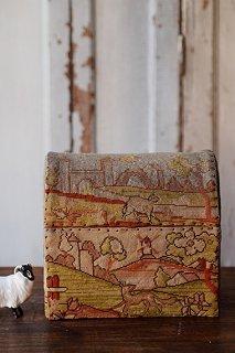 動物達が丘を往く-victorian embroidery box