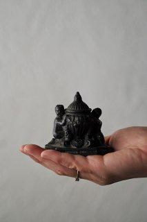 インク壺を支えるアトラス-antique pewter ink pot