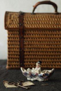 肘付いてシルクハットの坊ちゃん-antique porcelain figure case