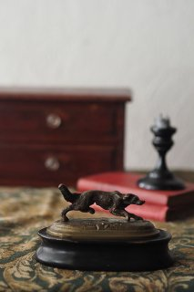 追い掛けの犬-antique bronze dog objet