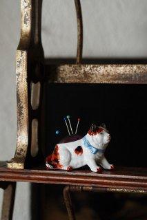 かしずいてニャオと三毛猫-antique porcelain cat pin cushion
