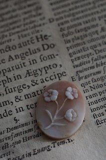 シェルカメオ 楚々とお花をのせて-vintage or antique shell cameo