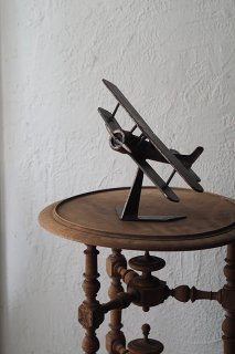 閃に向かい空中旋回-vintage iron propeller plane objet