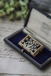 鈴なりスズラン角枠から-vintage bakelite brooch