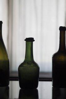 歪みと色合い同じものなく-antique glass wine bottle