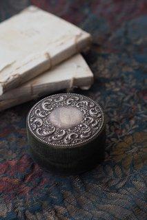 羽風お花囲む小箱-antique silver plate top round box