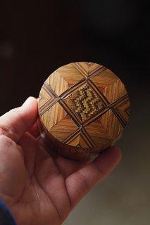 幾何学織りなす模様の不思議-antique straw work round box