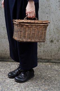 籠持ってピクニック-antique willow basket