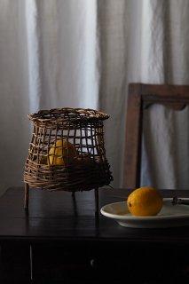 三つ足で立つ盛りかご-vintage willow basket
