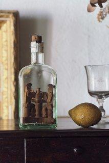 飲み交わしトランプ興ずるカルテット-vintage wood objet in glass bottle