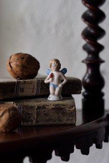 鎮座してクピド-antique pin doll