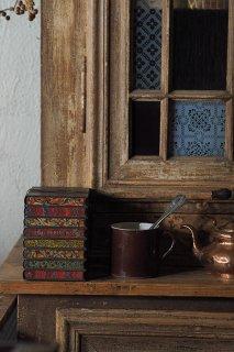 重ねた古書の擬似ブリキ缶-antique tin biscuit box