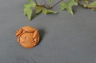 月蛙ブローチ