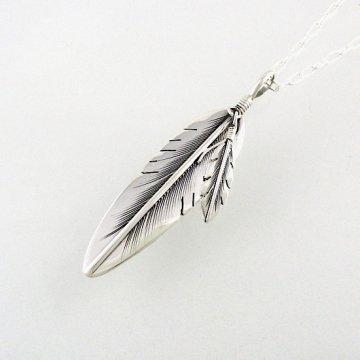 ハービーメイス作<br>イーグルの羽根をモチーフにした大振りのフェザーペンダント チェーン付き<br>イーグルフェザー インディアンジュエリー<br>【ナバホ族】Harvey Mace<br>