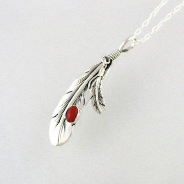 ハービーメイス作<br>イーグルの羽根をモチーフにした赤サンゴ付きフェザーペンダント チェーンセット<br>イーグルフェザー インディアンジュエリー<br>【ナバホ族】Harvey Mace<br>