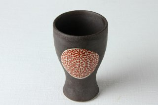 WD79 陶器・コップ・黒地・赤色の柄