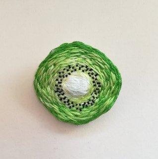 キウイの刺繍ブローチ