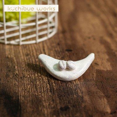 kuchibueworks(クチブエワークス) 陶器ブローチ 小鳥とコーヒー豆の陶器ブローチ