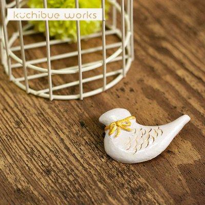kuchibueworks(クチブエワークス) 陶器ブローチ リボンをつけた鳥さんの可愛い陶器ブローチ