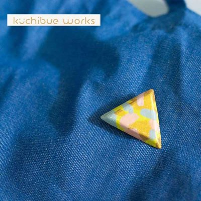 kuchibueworks(クチブエワークス) 陶器ブローチ カラフルな三角の可愛い陶器ブローチ