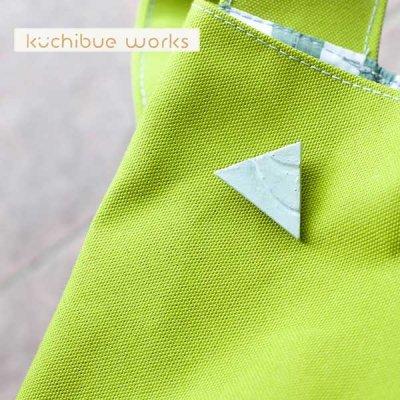 kuchibueworks(クチブエワークス) 陶器ブローチ シンプルな色合いで三角のかたちをした可愛い陶器ブローチ