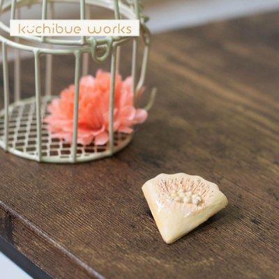 kuchibueworks(クチブエワークス) 陶器ブローチ 花びらモチーフの可愛い陶器ブローチ